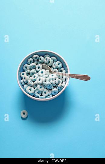 blaue Frühstücks-Cerealien in Schüssel Stockbild
