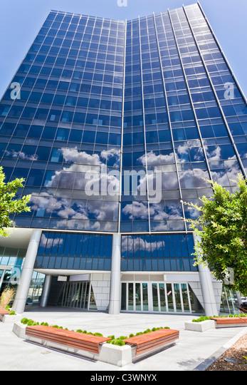 Moderne Corporate Building mit Himmel und Wolken reflektieren Stockbild