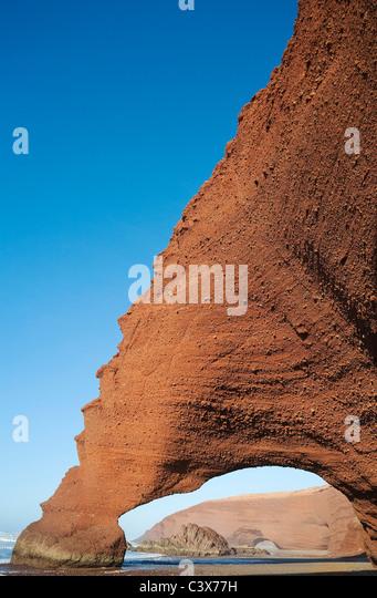 Rock wölbt sich am Legzira Strand am Atlantik, 11 km nördlich der Stadt Sidi Ifni im südwestlichen Stockbild
