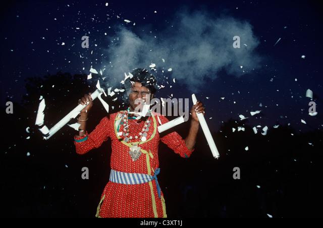 Indian Street Performer zerschlägt Glühbirnen auf dem Kopf. Neu-Delhi, Indien Stockbild
