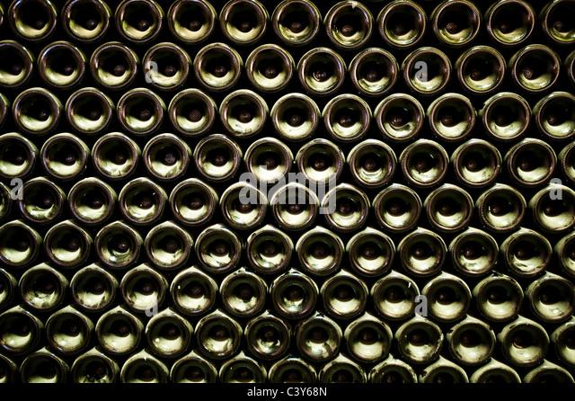 Stapel von Weinflaschen, full-frame Stockbild