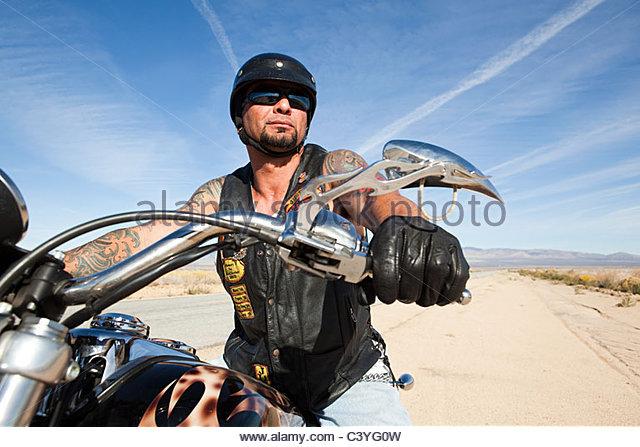Porträt von reifer Mann auf dem Motorrad Stockbild