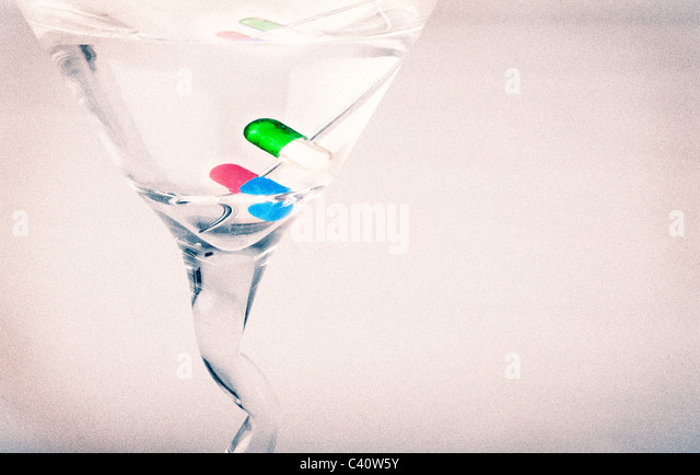 Martini mit Pille Kapseln für die Garnierung. Stockbild