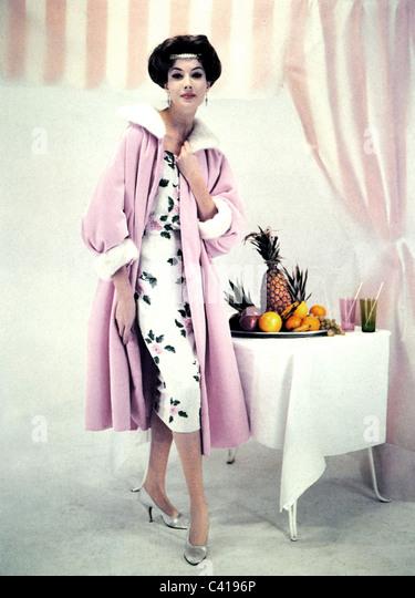 Mode, 1950er Jahre, Damenmode, Frau Abend Mantel, samt mit Jasmin Nerz und handgefertigte Etuikleid, 1957 gestickt Stockbild