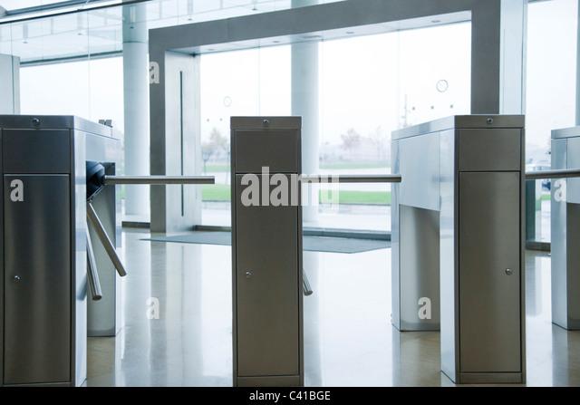 Drehkreuze in Lobby Gebäude Stockbild