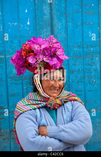 Peru, Ollantaytambo, indische Frau mit Blumen in den Hut, ein indischer benutzerdefinierte. Stockbild