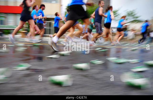 Verschwimmen die Läufer in einem Marathon Rennen, während die Ottawa Race Wochenende. Stockbild