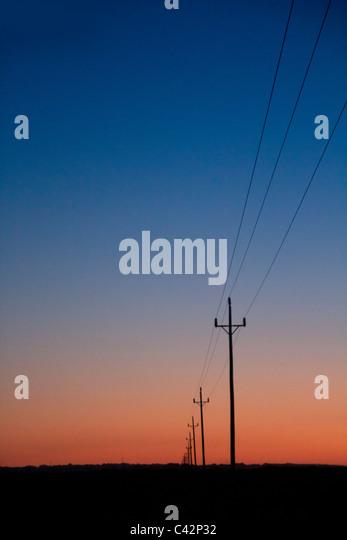 Stromleitungen im Sonnenuntergang blau rot orange sunrise Stockbild