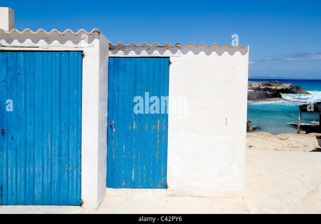 Es Calo Escalo Formentera Balearen Holztür Architektur blau weiß Stockbild