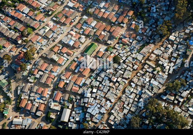 Luftaufnahme von Imizamo Yethu Township (aka Mandela Park) in Hout Bay in Cape Town, Südafrika. Stockbild