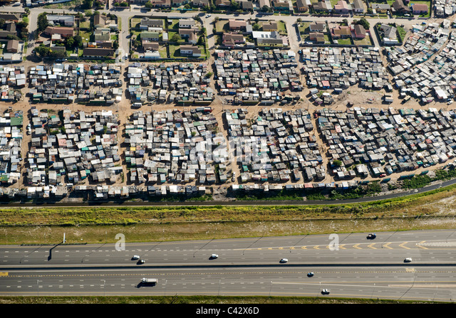 Häuser im Township Langa neben der Autobahn N2 in Kapstadt. Stockbild