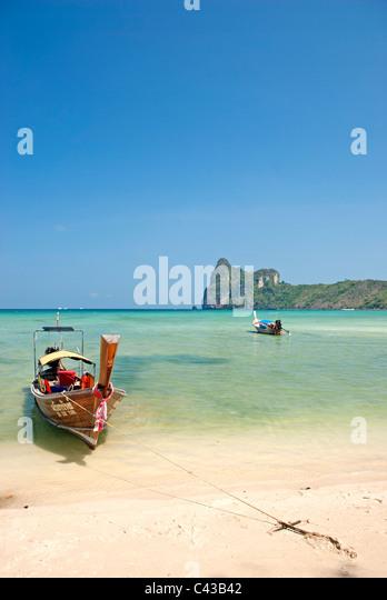 Boot auf tropischen Ko Phi Phi Strand in thailand Stockbild