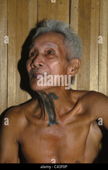 IBAN elder mit traditionellen Headhunter Tattoo am Hals am Nanga Sumpa Langhaus in Sarawak, Borneo, Malaysia Stockbild