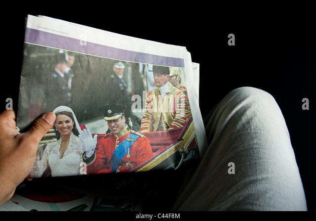 Wiil und Kate Royal Wedding auf einer Zeitung Stockbild