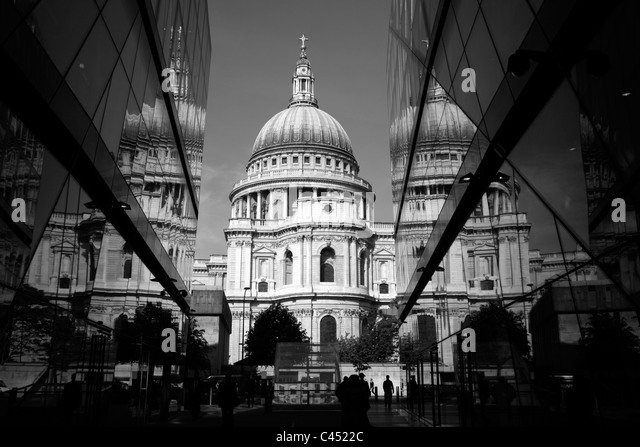 St. Pauls Cathedral spiegelt sich in der Glasfassade des One New Change, City of London, UK Stockbild