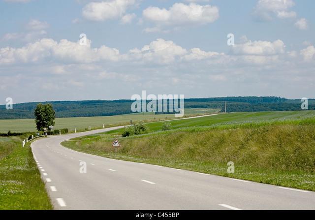 Frankreich, Giverny, Dieppe, leere Straße durch Landschaft Stockbild