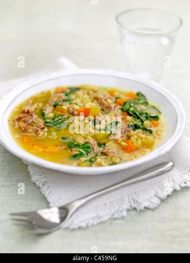 Teller mit Lamm mit Gerste und Spinat Eintopf, Nahaufnahme Stockbild