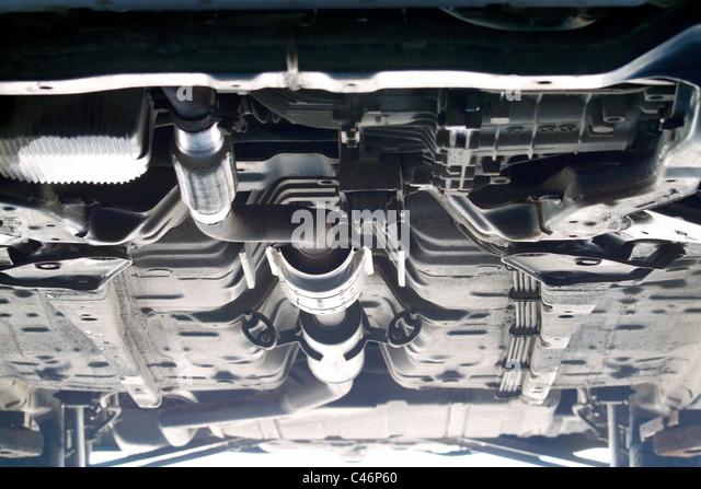 Unterseite des Fahrzeug auf Hebebühne in Mechanik garage Stockbild