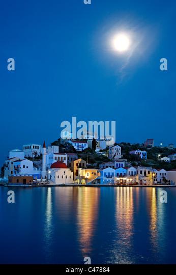 """Nachtansicht (Vollmond) von dem malerischen Dorf von Kastellorizo (oder """"Meghisti"""") Insel, Dodekanes, Stockbild"""
