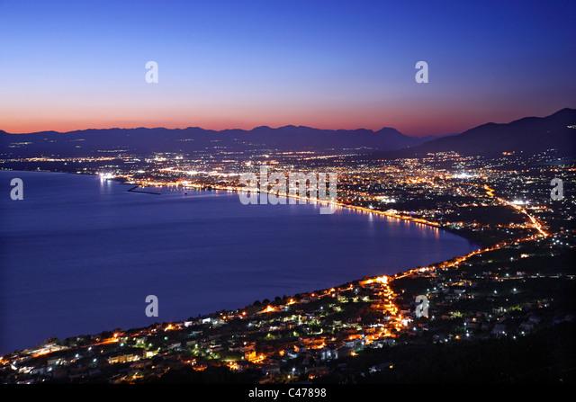 Panoramablick Nachtansicht von Kalamata-Stadt, Hauptstadt der Präfektur Messinia, Peloponnes, Griechenland Stockbild