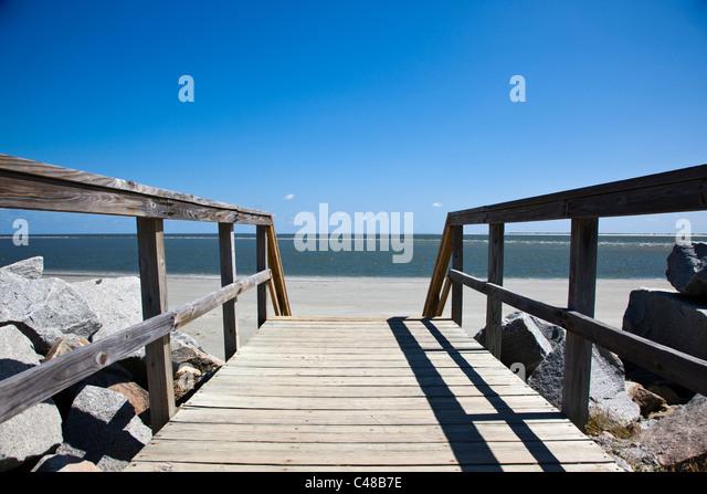 Holzsteg zum Strand am Seabrook Island, in der Nähe von Charleston, South Carolina, USA Stockbild