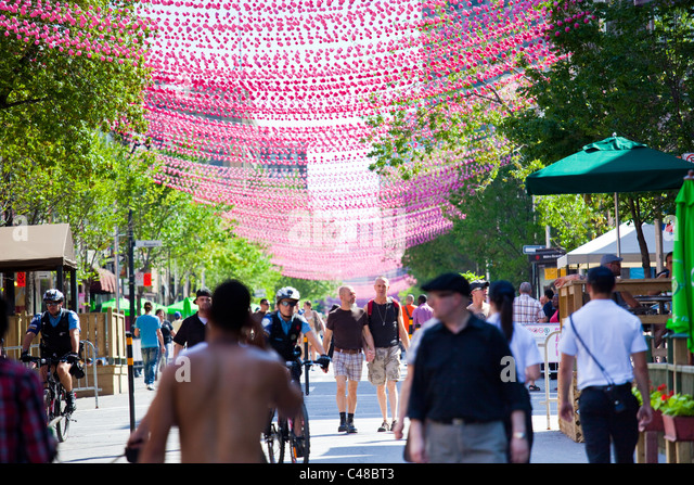 Rosa Kugeln dekorieren Le Village Gai oder Dorf Homosexuell Stadtteil, Montreal, Kanada Stockbild