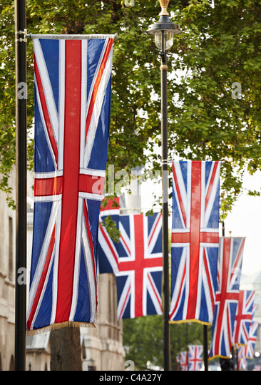Union Jack-Flaggen hängen in Whitehall, London UK Stockbild