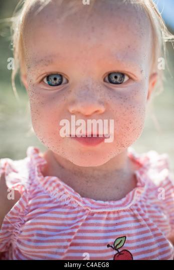 Kopf und Schultern Porträt von 1 Jahre altes Mädchen Stockbild