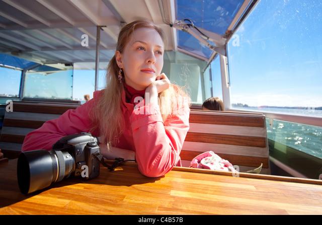 Junge Frau Touristen beiseite am Meer. Stockbild
