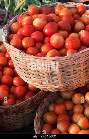 Tomaten in Körben auf einem indischen Markt Stockbild