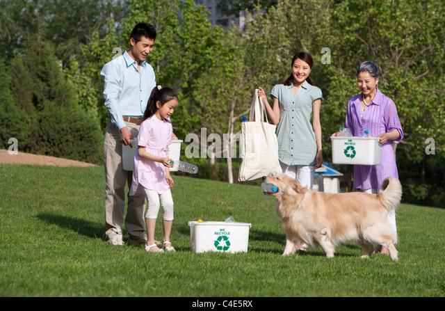 Familie Recycling im Park Stockbild