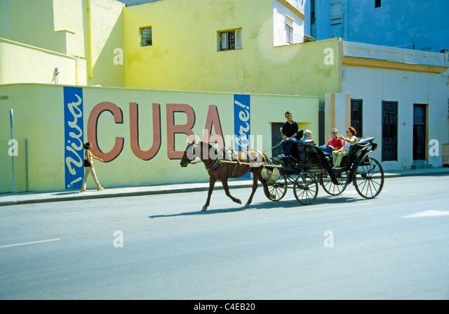 Kubaner Faehrt Mit Pferdekutsche Touristen in Havanna, Kuba, Karibik kubanischen Mann mit Pferdekutsche Touristen Stockbild