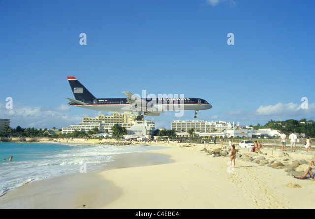 US Airways Im Landeanflug schlug Dem Maho Beach, St. Martin, Landung Flugzeug über der Maho Beach St. Maarten Stockbild