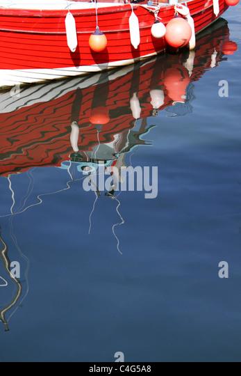 Boot mit Schwimmern und Bojen Stockbild