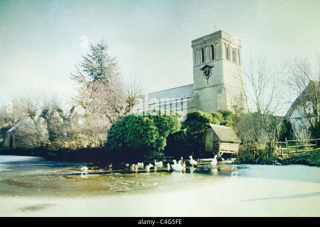 Kirche in Haddenham mit gefrorenen Teich Stockbild