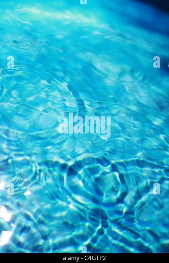 Wellen im Blauwasser Stockbild