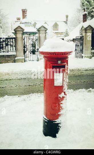 Briefkasten im Schnee Stockbild