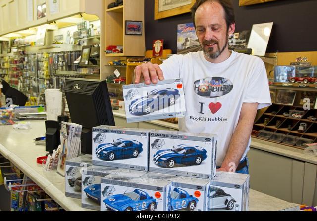 Hobby Shop Schreiber Stapeln Modell Auto-Boxen am Ladentisch Stockbild