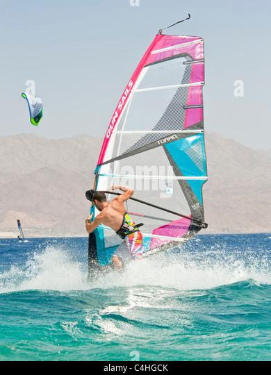 Ein Windsurfer Durchführung tricks am Roten Meer im Resort von Eilat in Israel. Stockbild