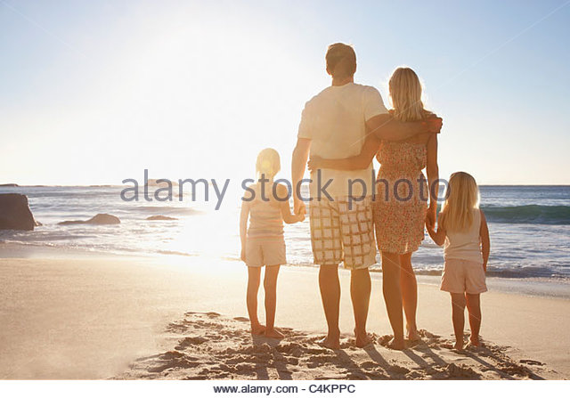 Familie am Strand Hand in Hand Stockbild