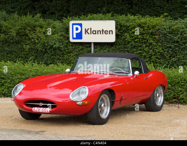 Leuchtend roten Jaguar E-Type Cabrio Sportwagen geparkt Stockbild