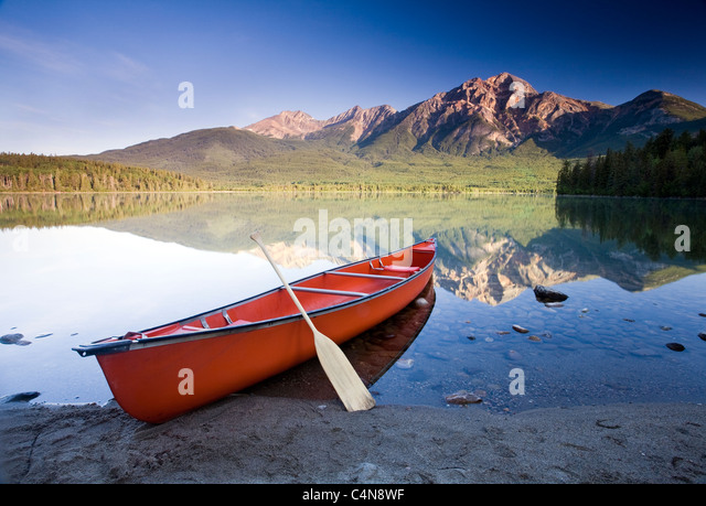 Rote Kanu im Morgengrauen am Pyramid Lake, Jasper Nationalpark, Alberta, Kanada. Stockbild
