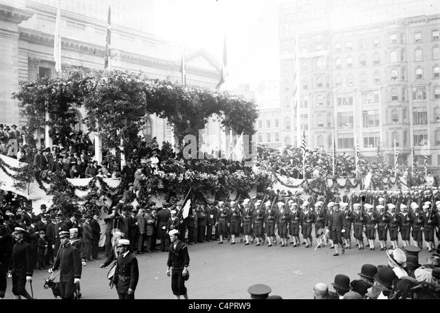 US-Segler in Columbus Day Parade in New York City. um 1910-1915 Stockbild