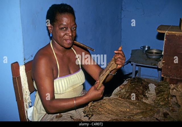 Tabakfabrik Kubanerin Ferigt Kubanische Zigarren, Tabak Fabrik kubanische Frau produzieren kubanische Zigarren Stockbild