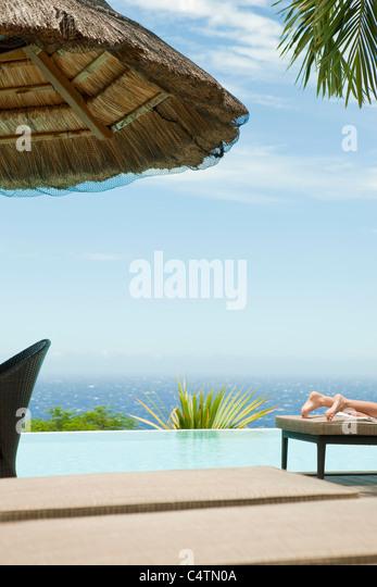 Person Sonnenbad am Seebad Stockbild