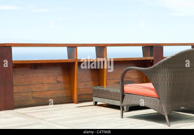 Patio Korbmöbel auf deck Stockbild