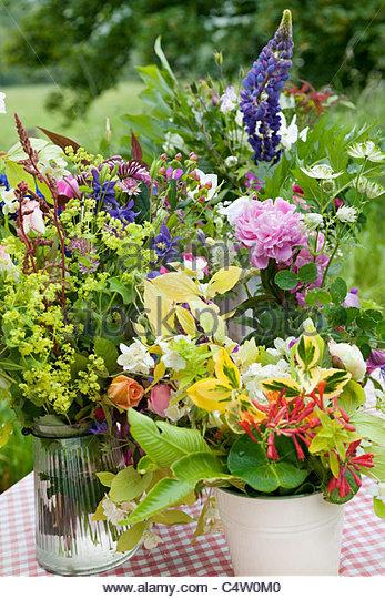 Blumensträuße von Schnittblumen für den Verkauf auf einem Stand am Straßenrand Stockbild