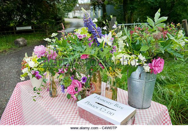 Blumensträuße von bunten Schnittblumen für den Verkauf auf einen am Straßenrand Tisch mit Ehrlichkeit Stockbild