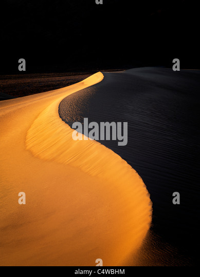 Erste Licht auf Sanddünen. Death Valley Nationalpark, Kalifornien Stockbild