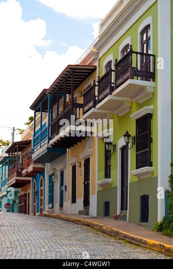 Eine Reihe von bunten Pastelltönen gestrichenen Häusern in Old San Juan Puerto Rico. Stockbild